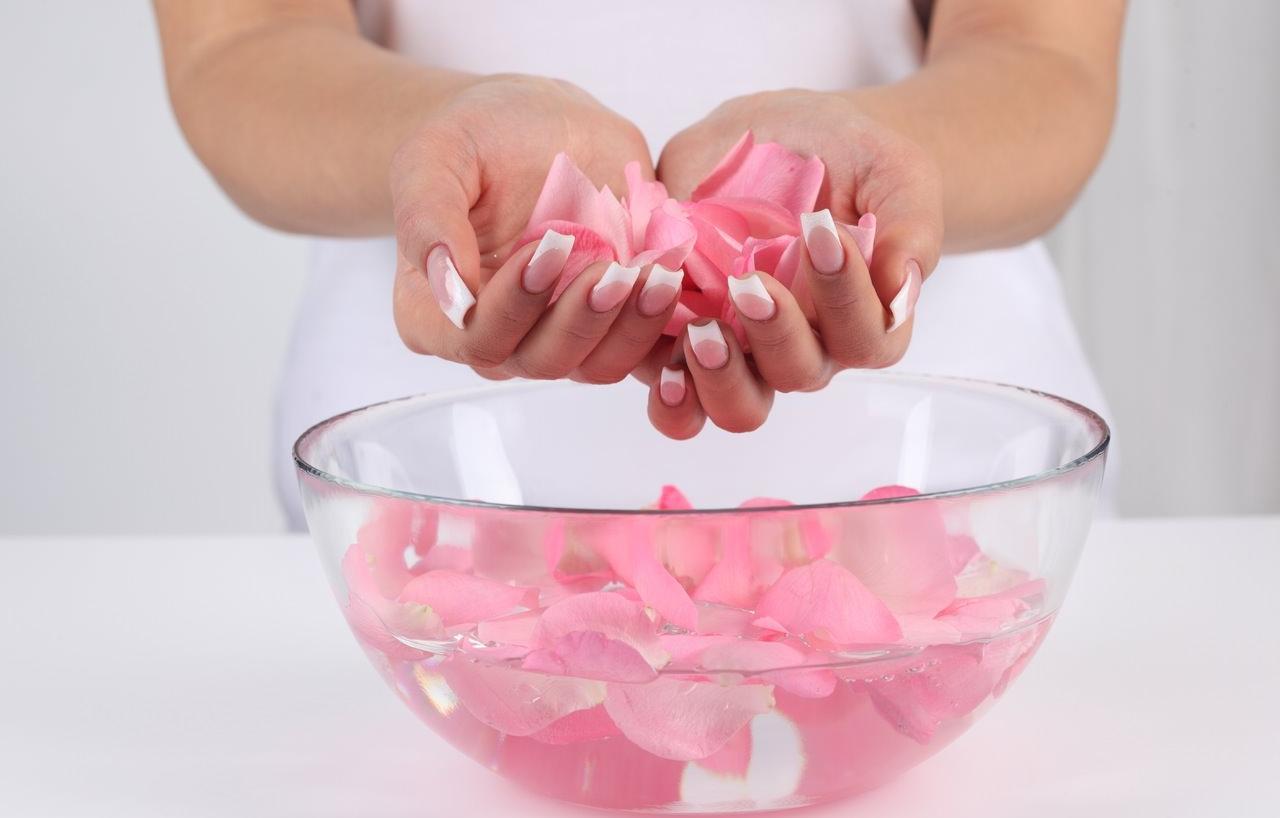 Tự làm nước hoa hồng
